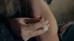 O viciado toma a droga filme