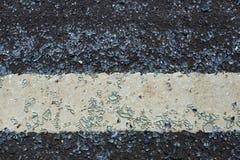 O vidro cai na estrada e quebrado O vidro quebrado foi espalhado para fora na estrada For perigoso vindo deve ser cuidadoso quand fotografia de stock royalty free