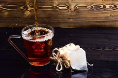 O vidro com o chá que derrama com líquido com espirra e deixa cair da água Conceito do chá da fabricação de cerveja Copo que derr imagem de stock