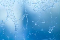 O vidro congelado com gelo floresce, conceito do tempo da geada Inverno frio imagem de stock