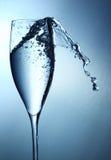 O vidro da água espirra Fotos de Stock Royalty Free