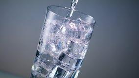 O vidro de água do gelo derrama vídeos de arquivo
