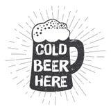 O vidro de cerveja do estilo do vintage com rotulação da tipografia e cabeça-bobbles Cerveja fria aqui fotos de stock
