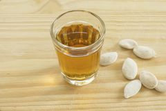 O vidro de um licor brasileiro típico da cana-de-açúcar chamou o cachaca imagem de stock royalty free