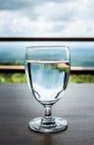 O vidro de vinho com completamente da água fotos de stock royalty free