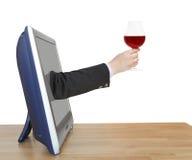 O vidro de vinho tinto na mão do homem de negócios inclina para fora a tevê Imagens de Stock Royalty Free