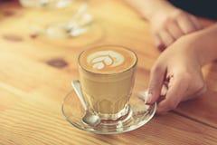 O vidro do latte saboroso está na superfície suportada Imagens de Stock