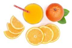 O vidro do suco de laranja com fatias de citrino e de verde sae no fundo branco, vista superior Teste padrão liso da configuração Imagens de Stock Royalty Free