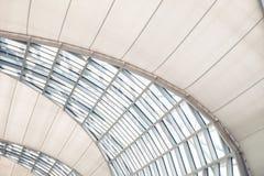 O vidro do telhado de moden as construções, quadros da vitrificação estrutural Arquitetura, teto ou telhado moderno abstrato Escr imagens de stock