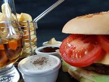 O vidro do uísque dos molhos do hamburguer lasca o metalbasket do chipbasket Fotografia de Stock