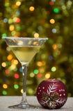 O vidro do vermute com a bola vermelha da decoração fotografia de stock royalty free