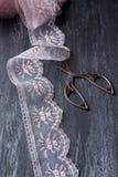 O vidro do vintage, scissor e ata Fotografia de Stock