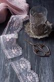 O vidro do vintage, scissor e ata Fotos de Stock Royalty Free