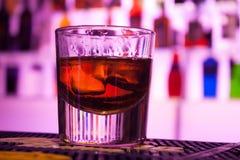 O vidro do wiskey na tabela da barra imagem de stock royalty free