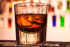 O vidro do wiskey na tabela da barra fotografia de stock royalty free
