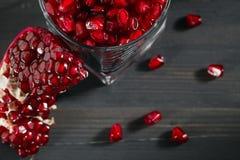 O vidro encheu-se com as sementes da romã na tabela Fotografia de Stock