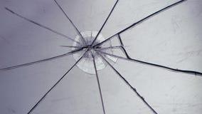 O vidro encontra-se na tabela, quebrada em partes Fim acima filme