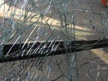 O vidro frontal inquebrável danificou pelo impacto em um transporte público imagem de stock royalty free