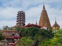 O Vietnamse e os stupas ou os pagodes tailandeses em Kanchanaburi, Tailândia Foto de Stock Royalty Free