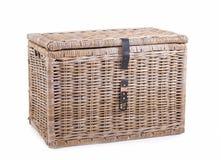 O vime cobriu com sapê a cesta em um fundo branco Fotos de Stock Royalty Free