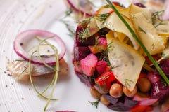 O vinagrete caseiro fresco da salada das beterrabas com arenques pesca em uma bacia branca Alimento tradicional do russo Foto de Stock Royalty Free