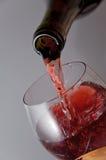 O vinho é derramado em um vidro de vinho Foto de Stock Royalty Free