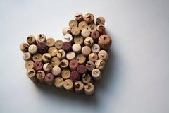 O vinho arrolha o Valentim no fundo branco foto de stock royalty free