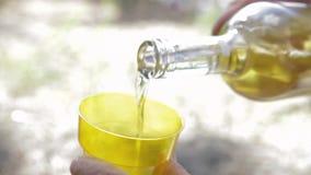 O vinho branco é derramado em um vidro plástico, close-up do tiro video estoque