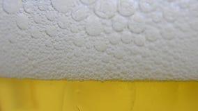O vinho da cerveja derramou em um fim de vidro do extremo acima vídeos de arquivo