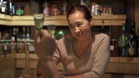 O vinho de derramamento do homem a sua esposa e bebem video estoque