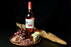 O vinho espanhol aumentou, uvas, queijo azul, prosciutto cortado e salame Imagens de Stock Royalty Free