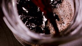 O vinho tinto é derramado em uma garrafa vídeos de arquivo