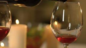 O vinho tinto derramou nos copos de vinho, degustation da variedade velha, bebida do aperitivo vídeos de arquivo