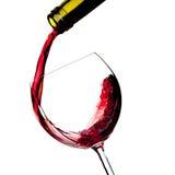O vinho vermelho é derramado em um vidro fotos de stock royalty free