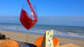 O vinho vermelho é derramado em um vidro de vinho vídeos de arquivo