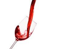 O vinho vermelho é derramado em um vidro de vinho Fotografia de Stock Royalty Free