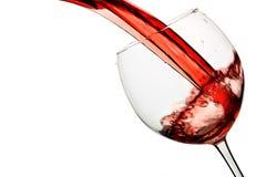 O vinho vermelho derrama no vidro Foto de Stock