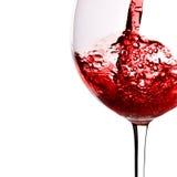 O vinho vermelho derrama no vidro Fotografia de Stock Royalty Free