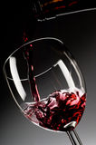 O vinho vermelho derramou no vidro Fotografia de Stock Royalty Free