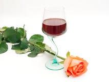O vinho vermelho e levantou-se Imagens de Stock Royalty Free