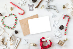 O vintage acolhedor tonificou o modelo da composição do Natal dos feriados de inverno imagem de stock