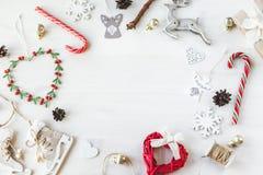 O vintage acolhedor tonificou o modelo da composição do Natal dos feriados de inverno imagem de stock royalty free