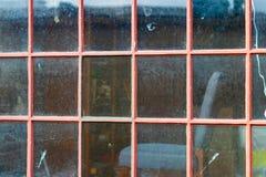 O vintage antigo desvaneceu-se paine pintado vermelho da janela fotos de stock