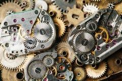 O vintage cronometra o close-up do mecanismo A mão envelhecida olha partes no fundo das engrenagens do bronze Fotos de Stock Royalty Free