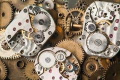 O vintage cronometra o close-up do mecanismo A mão envelhecida olha partes no fundo das engrenagens do bronze Imagem de Stock Royalty Free