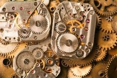 O vintage cronometra o close-up do mecanismo A mão envelhecida olha partes no fundo das engrenagens do bronze Imagem de Stock