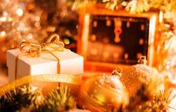O vintage do ` s do Natal e do ano novo cronometra mostrar cinco à meia-noite Caixa de presente branca com curva do ouro, bolas d Imagem de Stock