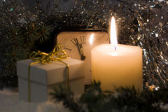 O vintage do ` s do Natal e do ano novo cronometra mostrar cinco à meia-noite Noite festiva com caixa de presente Fotografia de Stock