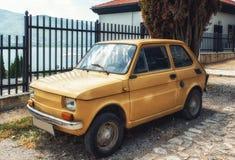 O vintage e o carro obsoleto estacionaram em uma rua de Ohrid Imagens de Stock