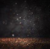 O vintage escuro do brilho ilumina o fundo ouro claro e preto defocused Imagens de Stock